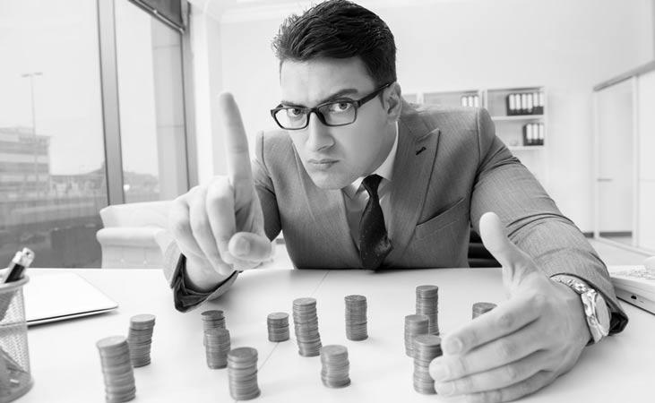 Mann mit Geldmuenzen